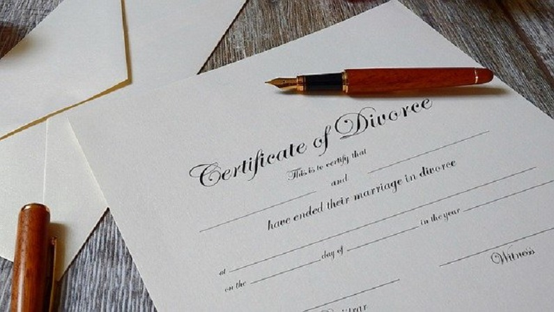 Divorce: तलाक ले रहे कपल्स पैसों से जुड़े मसले कैसे सुलझाएं? यहां मिलेगी आपको हेल्प